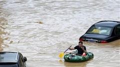 Nước lũ dâng cao bao vây, người dân Trung Quốc sơ tán khỏi đảo