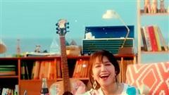 Fan thắc mắc sao Eunji (Apink) lại mặc áo len giữa... bãi biển thế này?