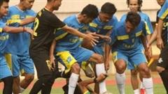 Cầu thủ Indonesia đánh hội đồng trọng tài gây sốc, nạn nhân bàng hoàng kể lại: 'Họ đá cho tôi ngã xuống rồi giẫm rách cả mặt'