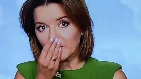 Đang phát sóng trực tiếp, nữ MC bất ngờ bị rụng răng