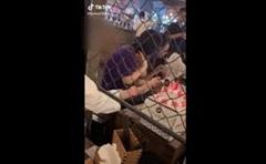 Cô gái thản nhiên ăn 'trộm' bánh kem của bàn bên cạnh, nụ cười khoái trá 'vô duyên hết phần thiên hạ'