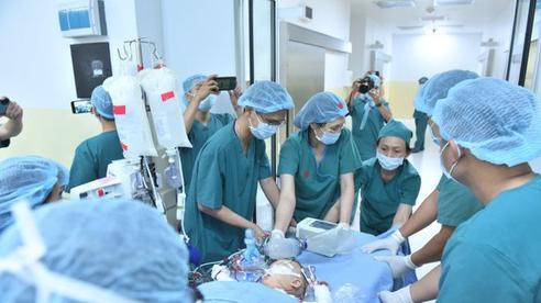 Cặp song sinh Diệu Nhi - Trúc Nhi đã tỉnh lại sau ca phẫu thuật hơn 13 tiếng