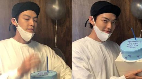Tiệc sinh nhật Kim Woo Bin: Để mặt mộc, chẳng lên đồ vẫn bảnh, đón ngày vui ở 'mái nhà chung' với Shin Min Ah