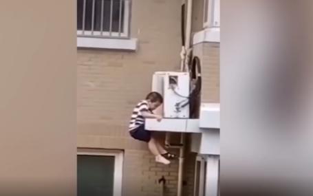 Thót tim cảnh người hàng xóm đỡ trúng đứa trẻ ngã từ tầng 5