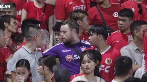 CĐV nước ngoài gặp cảnh trớ trêu khi mặc áo Hà Nội FC nhưng lại ngồi nhầm vào 'hiểm địa'