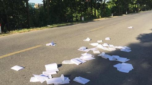 Học sinh thi xong xé nát sách vở, ném ngổn ngang ra đường cao tốc: Các em ơi, đừng đối xử tệ bạc với tri thức như vậy!