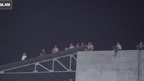 Thót tim cảnh CĐV mạo hiểm ngồi vắt vẻo trên nóc nhà, mái tôn để xem Quang Hải thi đấu