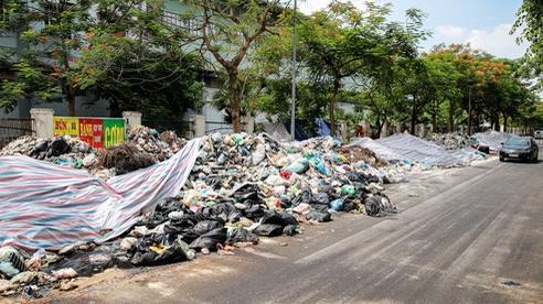 Nhiều bãi rác lớn tồn đọng ở Hà Nội chưa kịp di dời bắt đầu chảy nước, bốc mùi khó chịu giữa trời nắng