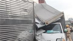 Đầu xe tải bẹp dúm sau tai nạn liên hoàn 6 phương tiện trên QL1