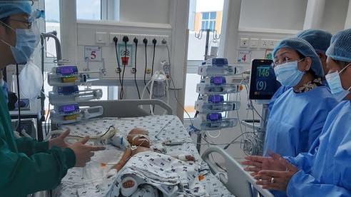 Hai bé song sinh Trúc Nhi - Diệu Nhi phải nuôi ăn ở tĩnh mạch, hỗ trợ thở máy