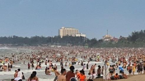 Nghệ An: Hàng ngàn du khách đổ xô về Cửa Lò giải nhiệt