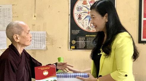 Thăm, tặng quà các vị chức sắc tôn giáo là thân nhân liệt sĩ