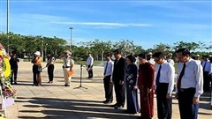 Chủ tịch Quốc hội dâng hương tại Nghĩa trang Liệt sĩ tỉnh Quảng Nam