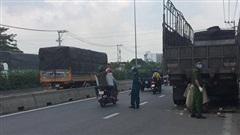 Va chạm giao thông kinh hoàng, nam thanh niên và xe máy dính vào đuôi xe tải