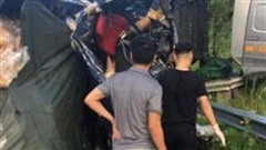 Hai vợ chồng tử vong khi xe tải đấu đầu trên cao tốc Hà Nội - Lào Cai