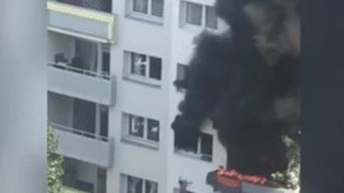 Bị khóa trong căn hộ đang cháy, hai đứa trẻ sống sót thần kỳ nhờ nhảy khỏi cửa sổ