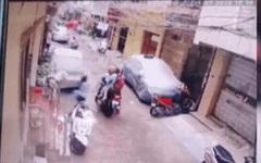 Mẹ tay không vật lộn với 2 kẻ bắt cóc con ngay trước cửa nhà