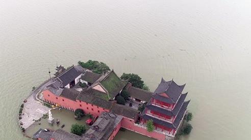 Nước lũ vây khốn, 'chốn bồng lai tiên cảnh' của TQ biến thành con thuyền lênh đênh trên mặt hồ