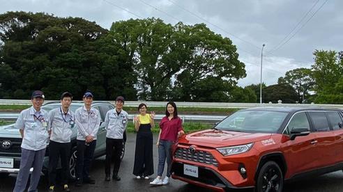 Rảnh rỗi, nhân viên Toyota tự độ RAV4 Limo khiến nhiều người kinh ngạc
