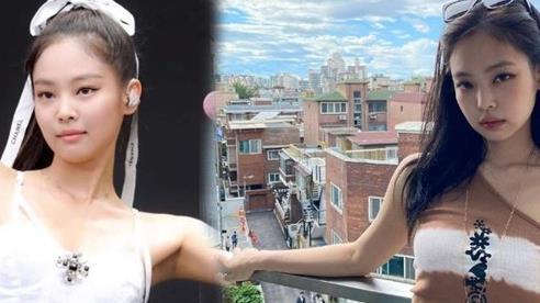 Jennie Black Pink khiến fan xốn xang khi mặc áo yếm thành style lệch vai
