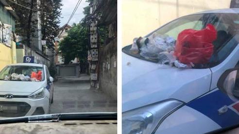 Đỗ xe trong ngõ gây cản trở, khi quay lại tài xế taxi tá hoá vì nhận hàng loạt 'túi quà' lạ