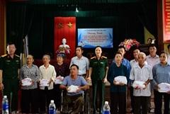 Tặng quà thương binh nặng và các gia đình chính sách tại Quỳnh Phụ (Thái Bình)
