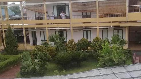 Hà Tĩnh: Lốc xoáy làm tốc mái hàng trăm m2 mái tôn của bệnh viện huyện