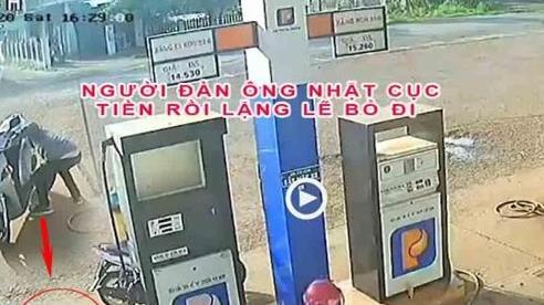 Clip: Thấy cục tiền của nhân viên cây xăng rơi dưới đất, người đàn ông lái xe tới nhặt rồi nhanh chân bỏ đi