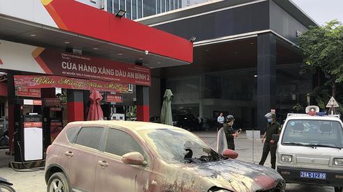 Ô tô bất ngờ phát hỏa, cháy rụi trước cửa cây xăng ở Hà Nội