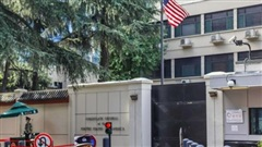 Những hình ảnh cuối tại lãnh sự quán Mỹ ở Thành Đô trước khi cờ Mỹ bị hạ xuống