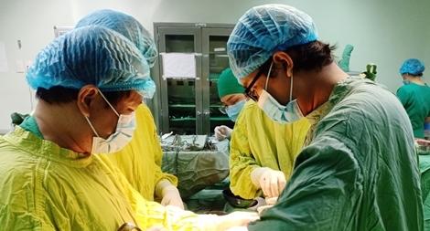 5 ê kíp cứu sống bệnh nhân nguy kịch truyền đến 49 đơn vị máu