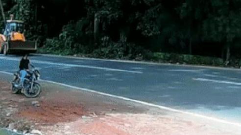 Người đàn ông thoát chết kỳ diệu nhờ... cú va chạm giữa ô tô và máy xúc