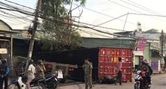 Container rơi khỏi xe đầu kéo, 3 người thương vong