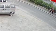 Lũ lụt ở TQ: Hố tử thần xuất hiện trên vỉa hè, 'nuốt chửng' người đi đường trong tích tắc