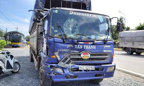 Xe tải mất thắng khi đổ dốc cầu Rạch Miễu, tông liên hoàn 3 ôtô