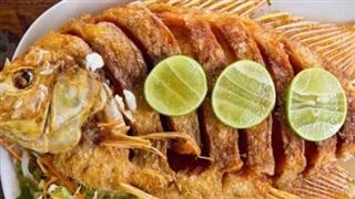 Cách rán cá giòn thơm, không bắn dầu nhờ bí kíp cực đơn giản này