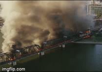 Hiện trường rực lửa vụ tàu chở hàng 102 toa trật ray cháy dữ dội, sập một phần cầu ở Mỹ