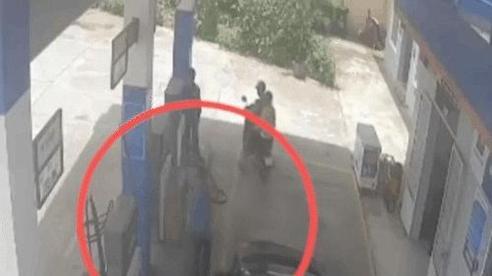 Chồng vừa bước xuống đổ xăng, vợ có cú đạp nhầm chân ga khiến ai cũng hoảng hồn