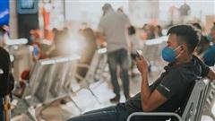 Sân bay Nội Bài những ngày 'chiến đấu' với dịch: Hành khách đều đeo khẩu trang và chủ động giãn cách, khai báo y tế cẩn thận