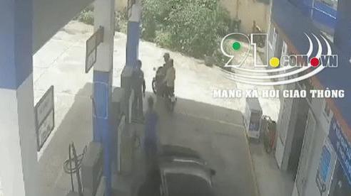 Clip: Nhấn nhầm chân ga, nữ tài xế đâm nhiều người vào cây xăng trước khi lao vào tường