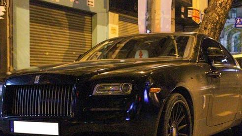 Rolls-Royce Wraith của doanh nhân Đà Lạt lột xác ấn tượng với màu đen hầm hố