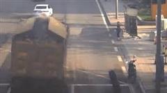 Video: Đang chạy bon bon, xe tải bỗng dưng vanh bánh tứ phía trên đường