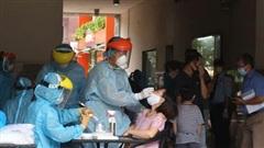 300 cư dân trong chung cư bị phong tỏa được lấy mẫu xét nghiệm Covid-19