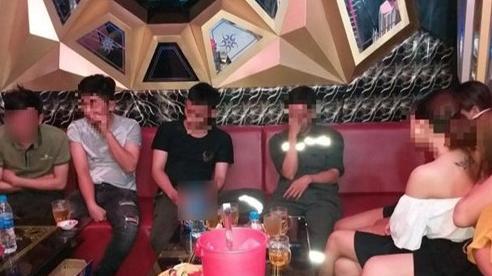 Bất chấp lệnh cấm, quán karaoke ở Quảng Ngãi đóng cửa chính, mở cửa sau lén lút cho khách vào sử dụng dịch vụ