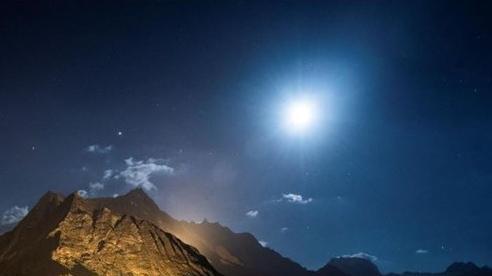 Núi Alps Thụy Sĩ sáng rực trong lễ kỷ niệm Quốc khánh giữa đại dịch