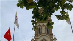 Về nơi giáo xứ treo cờ Tổ quốc, giáo dân được tặng vịt thoát nghèo