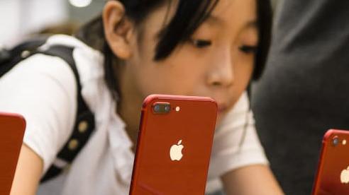 Miệng hô hào tẩy chay, tay vẫn xuống tiền cho Apple, iPhone bán chạy 'như diều gặp gió' tại Trung Quốc