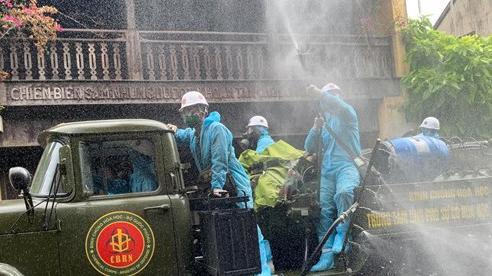Bộ Quốc phòng vào cuộc, phố cổ Hội An được phun thuốc khử khuẩn chống Covid-19