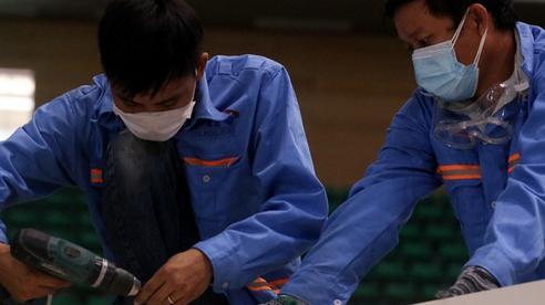 VIDEO: Hàng trăm công nhân gấp rút xây bệnh viện dã chiến tại Đà Nẵng