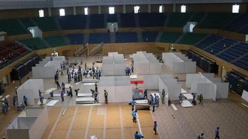 Hàng trăm người thần tốc lắp đặt bệnh viện dã chiến chống COVID-19 tại Cung thể thao Tiên Sơn, Đà Nẵng